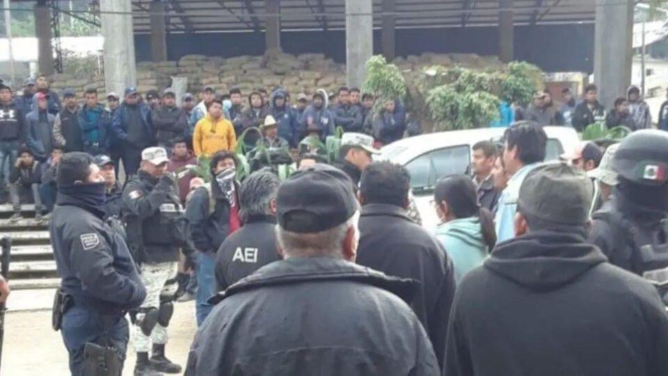 Liberan a 44 elementos de seguridad retenidos por habitantes de Textitlán